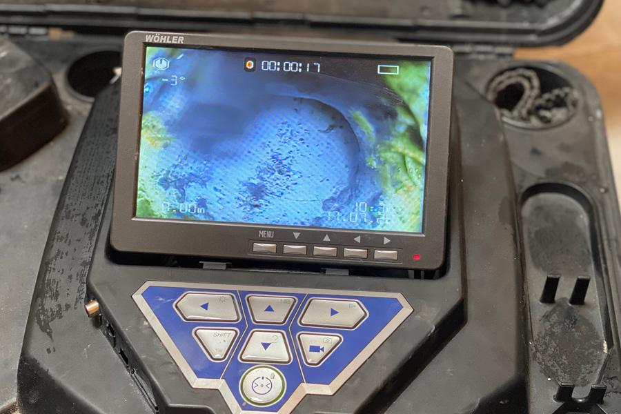 Nahaufnahme eines Bildes einer Endoskopkamera. Zu sehen sind blaue und grüne Kraterlandschaften.
